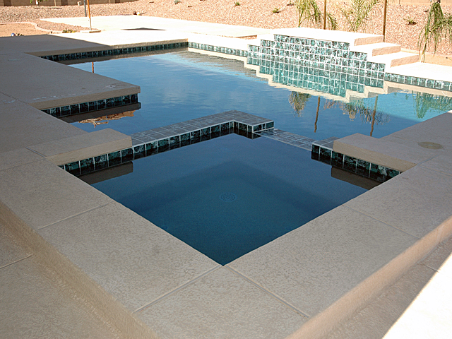 Charmant A Backyard With A Square Shaped Pool
